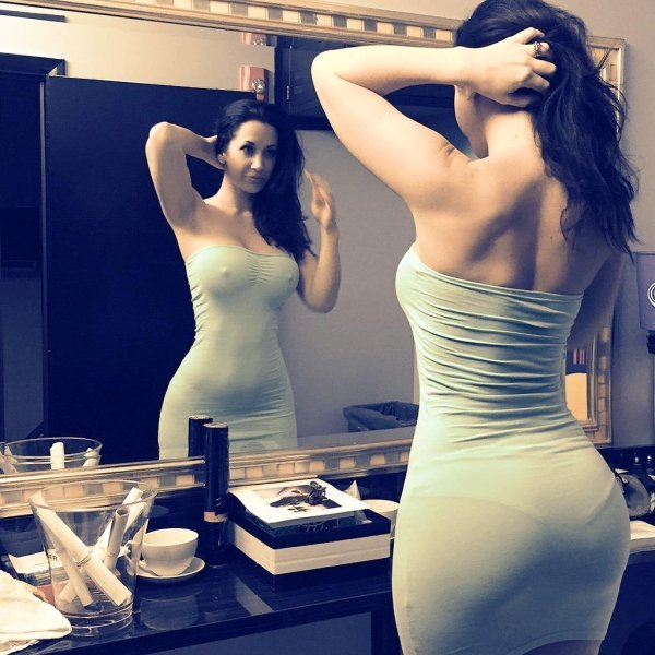 her-hourglass-shape-is-insane-32-photos-