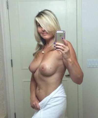 Naked-Cougar-blonde-with-perfect-boobs-taking-topless-selfie-400x482.jpg